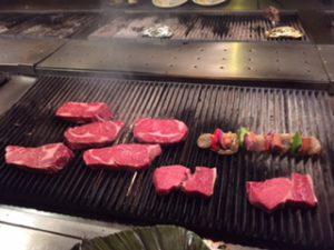 ここでは、自分でお肉を焼きます
