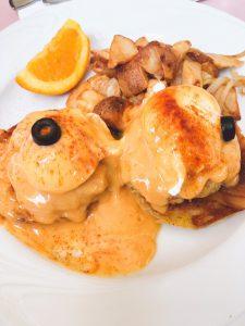 オーシャンフロントのレストラン、ハウツリーラナイでエッグズベネディクト