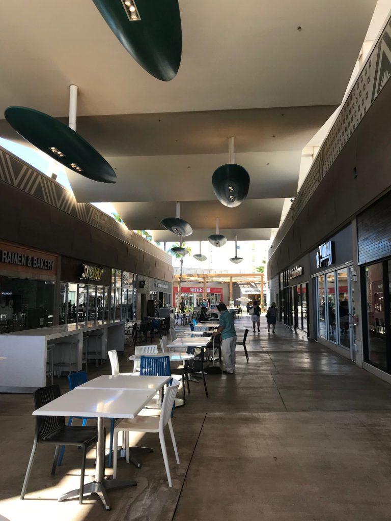 マリオットから近いカポレイのカマカナアリイ・ショッピング・センターのレストランが並ぶエリア