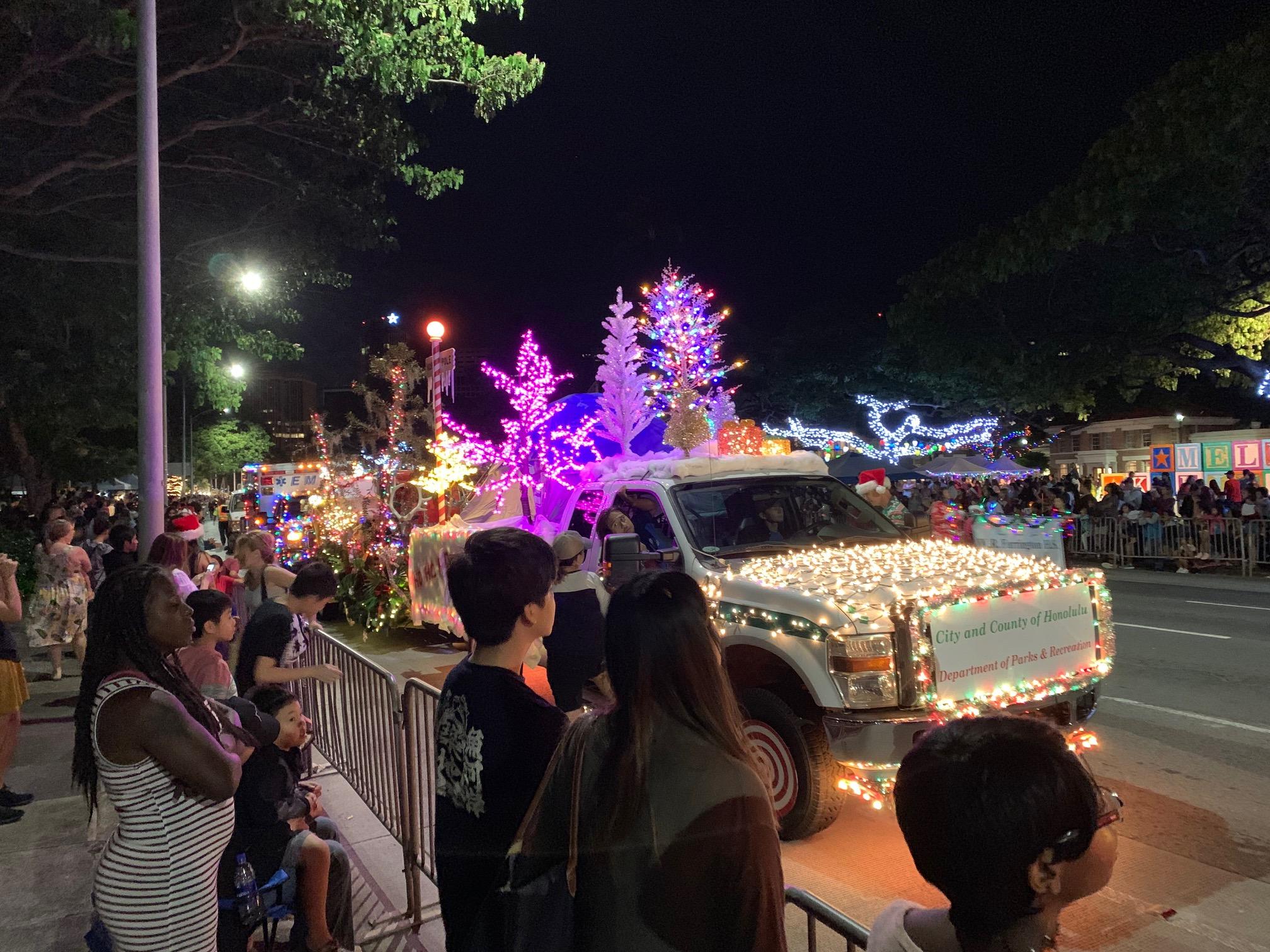 クリスマスの雰囲気満載のパブリック ワーカーズ エレクトリック ライト パレード