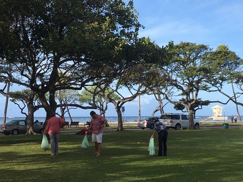 ハワイのタイムシェア専門店のくじら倶楽部がアラモアナビーチパークでクリーンアップ