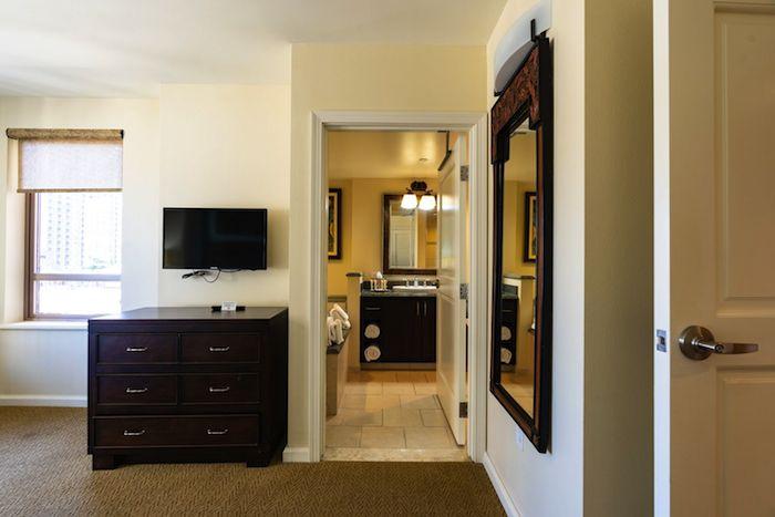 グランドワイキキアン1LDKパーシャルオーシャンビューの寝室から見たバスルーム