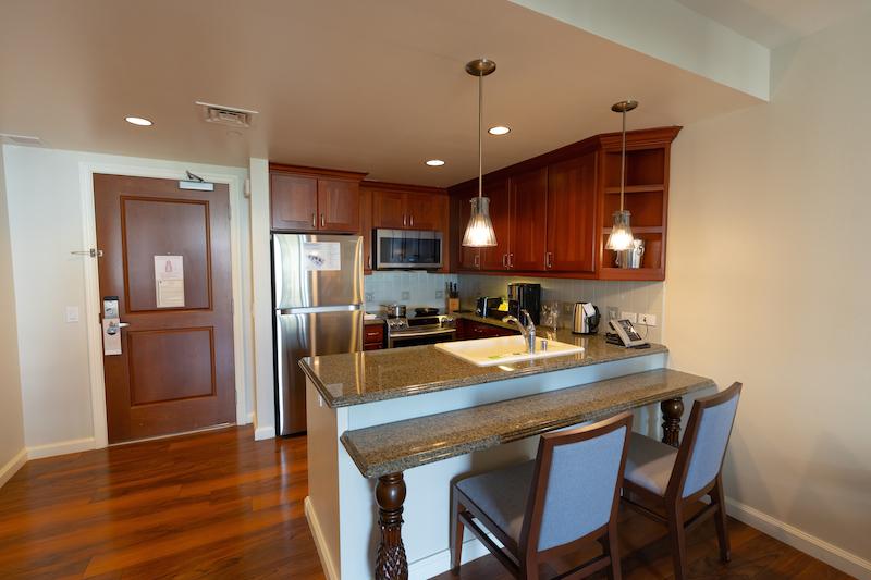 2020年に改装されたワイキキアン1ベッドルームのキッチン