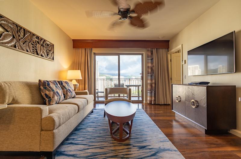 2020年に改装されたワイキキアン1ベッドルームのリビング