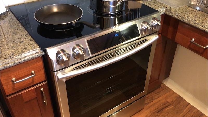 改装されたグランドワイキキアンのキッチンのオーブン