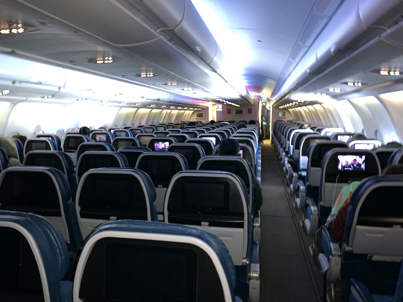 2021年4月11日に乗ったハワイアン航空の機内の様子です