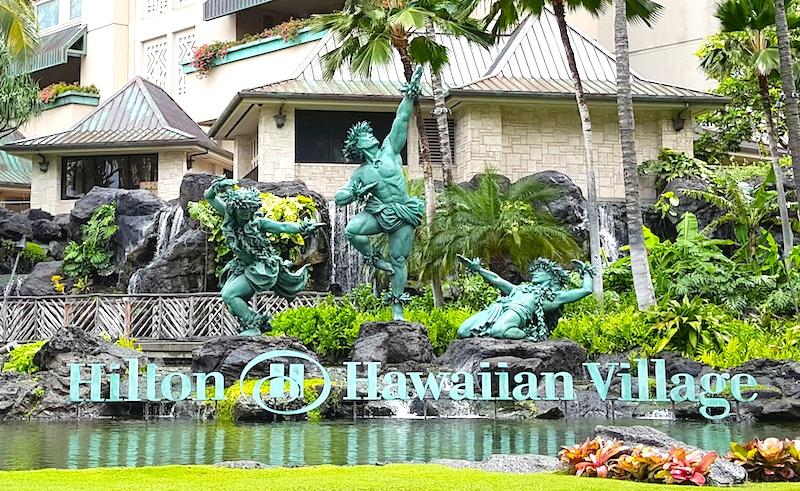 ヒルトン・ハワイアン・ビレッジ前の銅像の由来