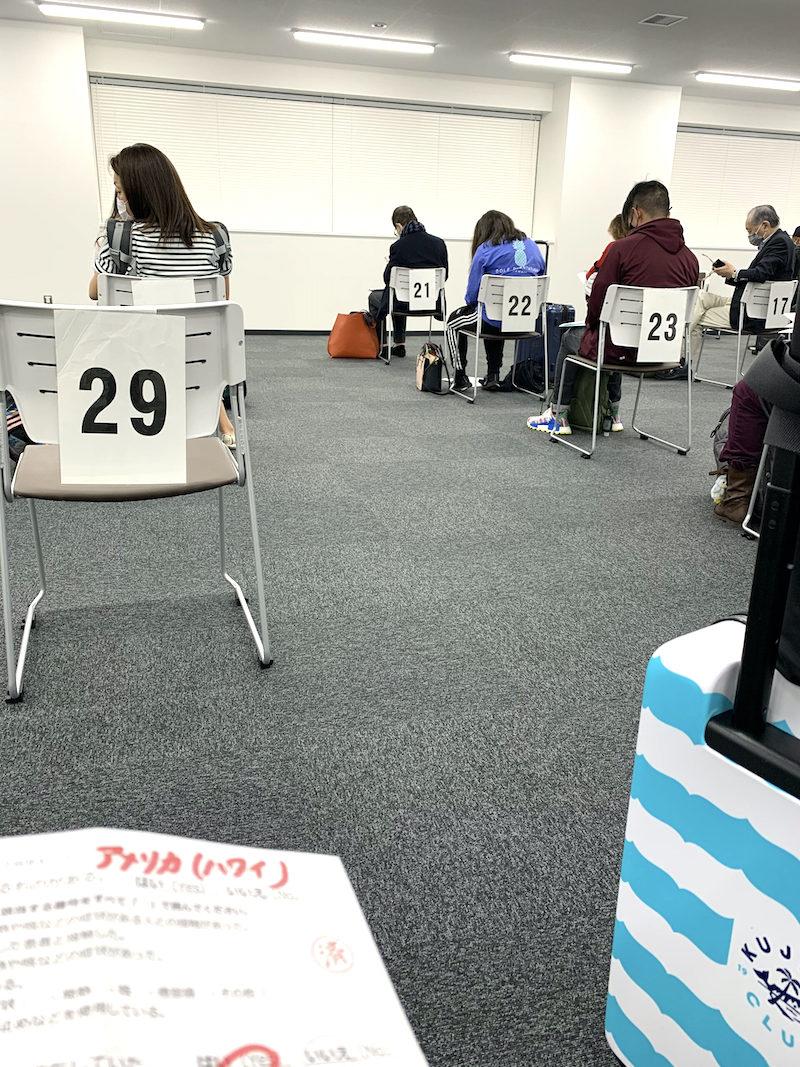 日本へ帰国した際の成田空港でのコロナ検査待合室