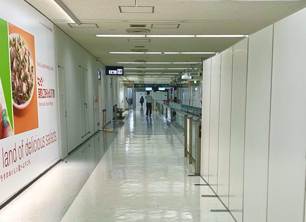 成田空港到着後は検査会場まで歩きます