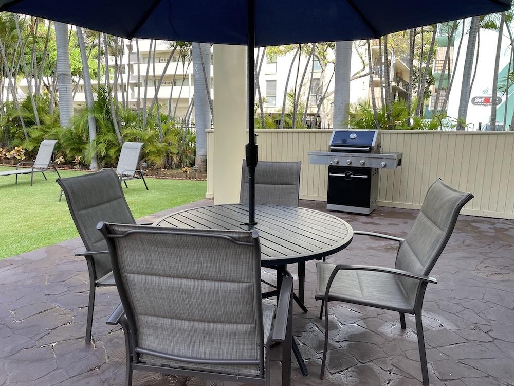 バーベキューエリアのテーブルと椅子