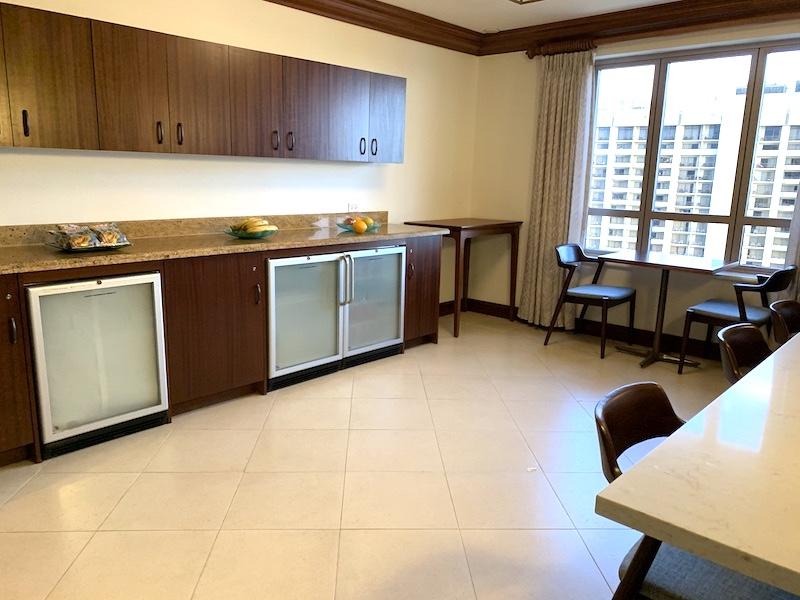ワイキキアン ペントハウス専用ラウンジの軽食が用意されているお部屋
