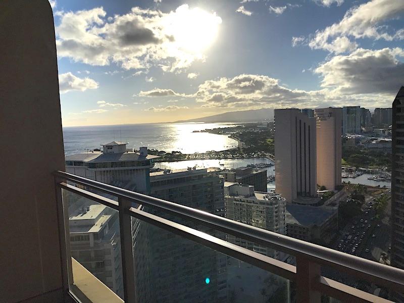 ヒルトンワイキキアンのペントハウス3711号室の副寝室(ゲストベッドルーム)のベランダからの海の眺め