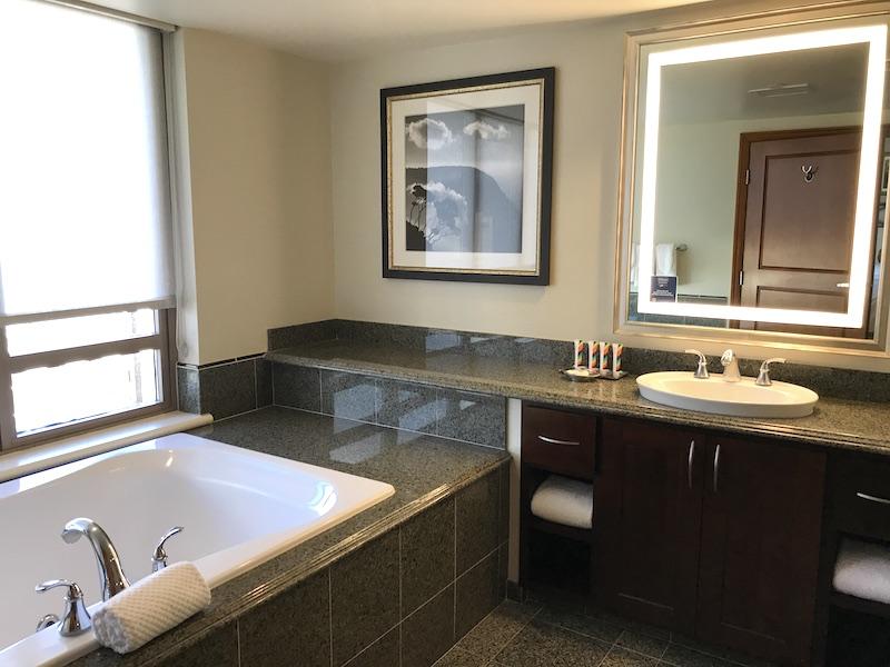 ヒルトンワイキキアンのペントハウス3711号室の主寝室(マスターベッドルーム)のバスルーム